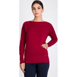 Bordowy sweter z ozdobnym splotem QUIOSQUE. Czarne swetry klasyczne damskie marki QUIOSQUE, na imprezę, z dzianiny, z kopertowym dekoltem, mini, dopasowane. W wyprzedaży za 79,99 zł.