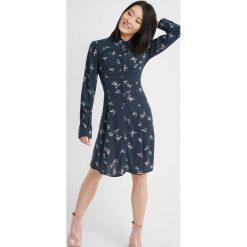 Sukienki: Sukienka zapinana na guziki