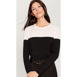 Sweter w bloki kolorów - Czarny. Czerwone swetry klasyczne damskie marki Mohito, z bawełny. Za 69,99 zł.