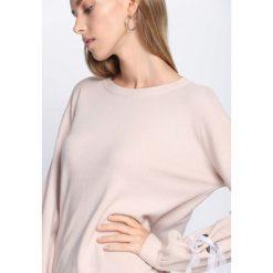 Beżowy Sweter Just Kiss. Brązowe swetry klasyczne damskie Born2be, l, z okrągłym kołnierzem. Za 74,99 zł.