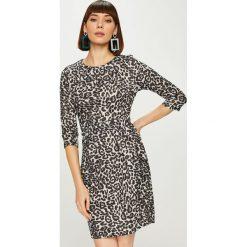 Answear - Sukienka Animal Me. Szare sukienki dzianinowe marki ANSWEAR, na co dzień, l, casualowe, z okrągłym kołnierzem, mini, proste. Za 149,90 zł.