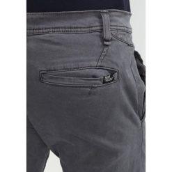 INDICODE JEANS TEMPE Spodnie materiałowe dark grey. Szare chinosy męskie INDICODE JEANS. W wyprzedaży za 183,20 zł.