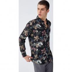 Koszula z wiskozy z tropikalnym wzorem. Czerwone koszule męskie marki Pull&Bear, m. Za 99,90 zł.