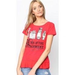 Czerwony T-shirt Four Attachments. Czerwone bluzki z falbaną Born2be, l, z nadrukiem, z falbankami, z krótkim rękawem. Za 49,99 zł.