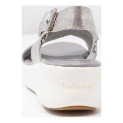 Timberland LOS ANGELES WIND SLINGBACK Sandały na platformie silver. Szare sandały trekkingowe damskie marki Timberland, z materiału, na koturnie. Za 509,00 zł.