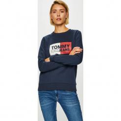 Tommy Jeans - Bluza. Szare bluzy z nadrukiem damskie marki Tommy Jeans, m, z bawełny, bez kaptura. Za 359,90 zł.