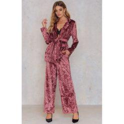 Spodnie damskie: NA-KD Party Rozszerzane spodnie z aksamitu - Pink