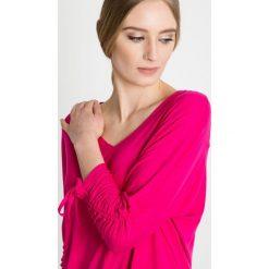 Różowa bluzka z wiązaniem na rękawach BIALCON. Czerwone bluzki na imprezę marki BIALCON, z jeansu. W wyprzedaży za 106,00 zł.