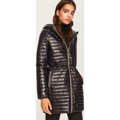 Pikowany płaszcz z kapturem - Czarny. Białe płaszcze damskie marki Reserved, l, z dzianiny. Za 299,99 zł.