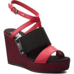 Rzymianki damskie: Sandały TOMMY JEANS – Material Mix Wedge Sandal EN0EN00048 Tango Red 611