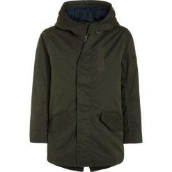 Abercrombie & Fitch FASHION Parka olive. Zielone kurtki dziewczęce Abercrombie & Fitch, z bawełny. W wyprzedaży za 295,20 zł.