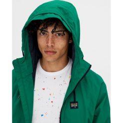 Kurtka w żeglarskim stylu z kapturem. Zielone kurtki męskie bomber Pull&Bear, m, z kapturem. Za 69,90 zł.