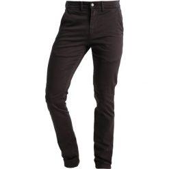 Spodnie męskie: Le Temps Des Cerises Chinosy anthracite