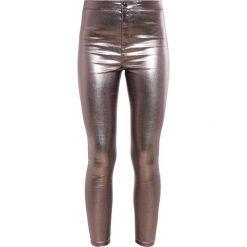 Miss Selfridge STEFFI Jeans Skinny Fit metallic. Szare rurki damskie Miss Selfridge. W wyprzedaży za 230,30 zł.