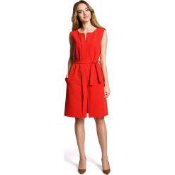 SOLANA Sukienka bez rękawów z plisą po środku i z paskiem - czerwona. Czerwone sukienki Moe, z podwójnym kołnierzykiem, bez rękawów, plisowane. Za 159,90 zł.