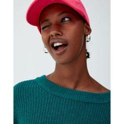 Sweter wykonany kwadratowym ściegiem. Zielone swetry klasyczne damskie Pull&Bear, z kwadratowym dekoltem. Za 69,90 zł.