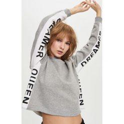 Bluzy rozpinane damskie: Krótka bluza z napisami na rękawach - Jasny szar