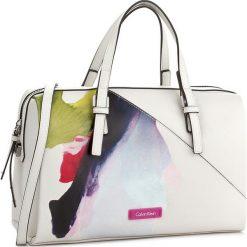 Torebka CALVIN KLEIN BLACK LABEL - M4rissa Print Duffle K60K602470 102. Białe kuferki damskie marki Calvin Klein Black Label. W wyprzedaży za 339,00 zł.