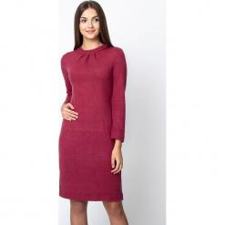Bordowa dopasowana sweterkowa sukienka QUIOSQUE. Czerwone długie sukienki marki QUIOSQUE, na imprezę, na jesień, s, z puchu, ze stójką, z długim rękawem, dopasowane. W wyprzedaży za 139,99 zł.