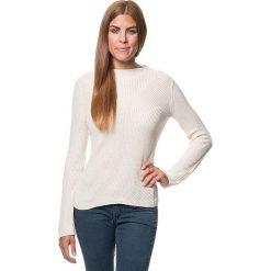 Sweter w kolorze kremowym. Białe swetry klasyczne damskie marki Benetton, xs, z dzianiny, z okrągłym kołnierzem. W wyprzedaży za 129,95 zł.