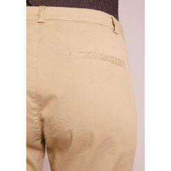 BOSS CASUAL SOCHILA Chinosy medium beige. Brązowe chinosy damskie BOSS Casual, z bawełny. W wyprzedaży za 356,30 zł.