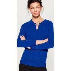 Sweter z biżuteryjnym detalem - Niebieski. Niebieskie swetry klasyczne damskie marki Mohito, l. Za 89,99 zł.