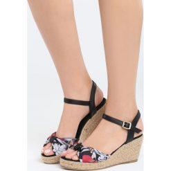 Czarne Sandały Gladiolus. Czarne sandały damskie marki Born2be, z materiału, na koturnie. Za 89,99 zł.