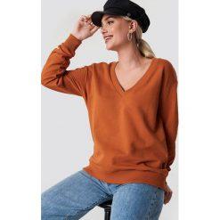 NA-KD Basic Bluza basic z dekoltem V - Orange,Copper. Pomarańczowe bluzy rozpinane damskie NA-KD Basic. Za 100,95 zł.