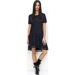 Sukienki dresowe: Czarna Sukienka z Falbanką z Ozdobną Koronką