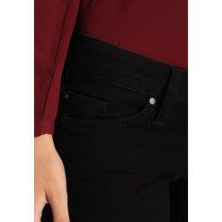 Mustang GINA SKINNY Jeans Skinny Fit dark rinsed used. Niebieskie jeansy damskie marki Mustang, z aplikacjami, z bawełny. W wyprzedaży za 255,20 zł.