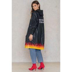 NA-KD Płaszcz przeciwdeszczowy Set On Fire - Black. Czarne płaszcze damskie NA-KD, z nadrukiem, z materiału. W wyprzedaży za 170,37 zł.
