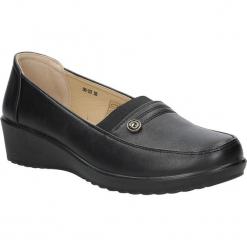 Czarne półbuty na koturnie Casu 88-03. Czerwone buty ślubne damskie marki Casu, na słupku. Za 59,99 zł.