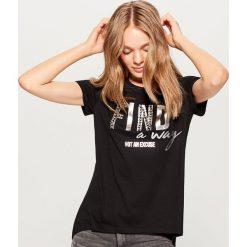 Koszulka z błyszczącą aplikacją - Czarny. Czarne t-shirty damskie marki Mohito, m, z aplikacjami. W wyprzedaży za 29,99 zł.