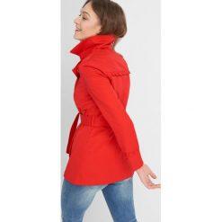 Płaszcze damskie pastelowe: Płaszcz z falbankami