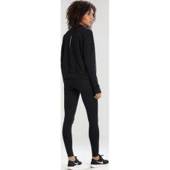 Nike Performance THERMA SPHERE CREW Koszulka sportowa black/reflective silver. Czarne topy sportowe damskie Nike Performance, l, z elastanu, z długim rękawem. W wyprzedaży za 233,10 zł.