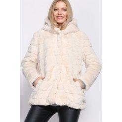 Jasnobeżowa Kurtka Hugger. Szare kurtki damskie pikowane marki Born2be, na zimę, l, z kapturem. Za 149,99 zł.