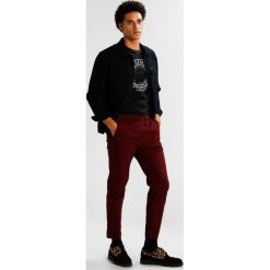 Spodnie męskie: Legends HERMOSA Spodnie materiałowe burgundy