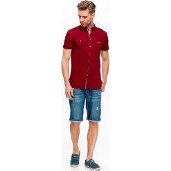 KOSZULA MĘSKA O DOPASOWANYM KROJU Z KIESZENIAMI. Szare koszule męskie marki Top Secret, m, z klasycznym kołnierzykiem, z długim rękawem. Za 34,99 zł.