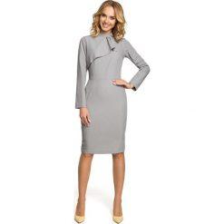 LUCIENNE Sukienka z żabotem - szara. Szare sukienki na komunię Moe, do pracy, s, biznesowe, z żabotem, ołówkowe. Za 179,90 zł.