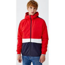 Nylonowa kurtka z kolorowymi panelami. Czerwone kurtki męskie bomber Pull&Bear, m, w kolorowe wzory, z nylonu. Za 109,00 zł.