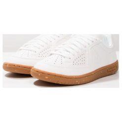 Le coq sportif ICONS LEA GUM Tenisówki i Trampki optical white. Białe tenisówki damskie le coq sportif, z materiału. W wyprzedaży za 202,95 zł.