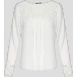 Bluzki asymetryczne: Bluzka z koronką i plisami