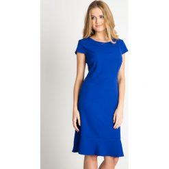 Kobaltowa sukienka z falbaną u dołu QUIOSQUE. Niebieskie sukienki marki QUIOSQUE, z tkaniny, eleganckie, z kopertowym dekoltem, kopertowe. W wyprzedaży za 79,99 zł.