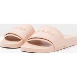 Rzymianki damskie: Ivy Park EMBOSSED LOGO SLIDES Sandały kąpielowe dusty pink