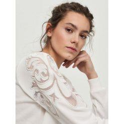 Bluzy damskie: Bluza z ażurową aplikacją na rękawach - Kremowy