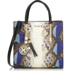 Multikolorowa torebka do ręki. Białe torebki klasyczne damskie Kazar, w paski, ze skóry, z tłoczeniem, z breloczkiem. Za 1199,00 zł.