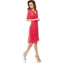 Zwiewna sukienka kopertowa malina KENDRA. Czerwone sukienki koktajlowe Lemoniade, do pracy, na lato, w paski, z kopertowym dekoltem, z krótkim rękawem, mini, kopertowe. Za 189,90 zł.