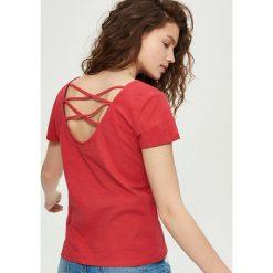 T-shirty damskie: T-shirt z dekoltem na plecach – Czerwony
