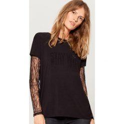 Koszulka z koronkowymi rękawami - Czarny. Czarne t-shirty damskie marki Mohito, l, z koronki. W wyprzedaży za 39,99 zł.