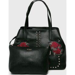 Guess Jeans - Torebka Vikky. Czarne torebki klasyczne damskie Guess Jeans, z aplikacjami, z bawełny, duże, z haftem. Za 599,90 zł.